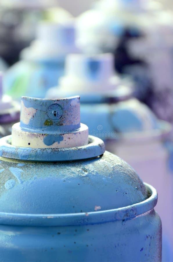 Mnóstwo brudne i używać aerosolowe puszki jaskrawa błękitna farba Makro- fotografia z płytką głębią pole Selekcyjna ostrość na zdjęcia royalty free