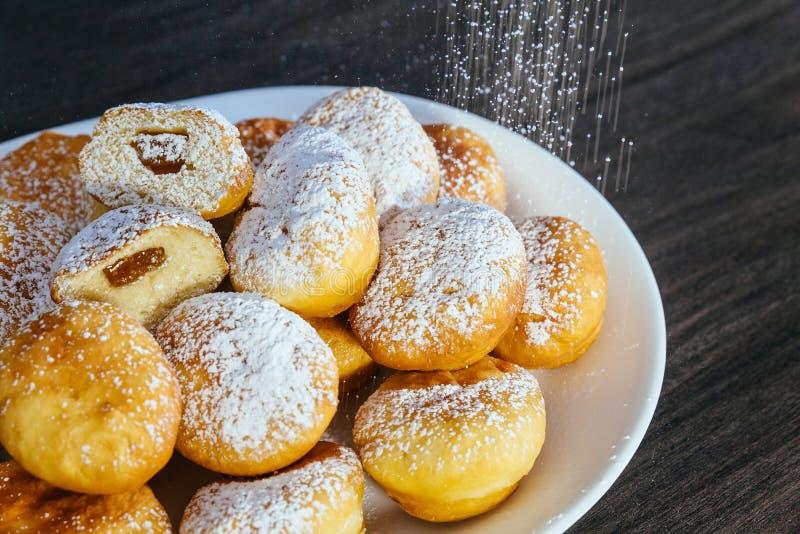 mnóstwo donuts na kontuarze w supermarkecie fotografia royalty free