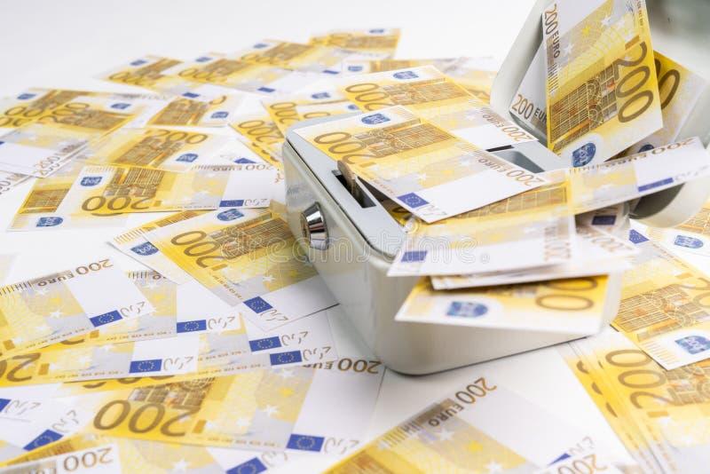 Mnóstwo 200 euro banknoty rozpraszali nad drobną gotówką obrazy stock