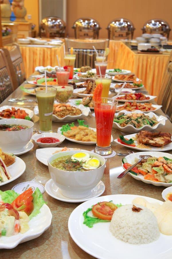 Mnóstwo jedzenie na stole obrazy royalty free