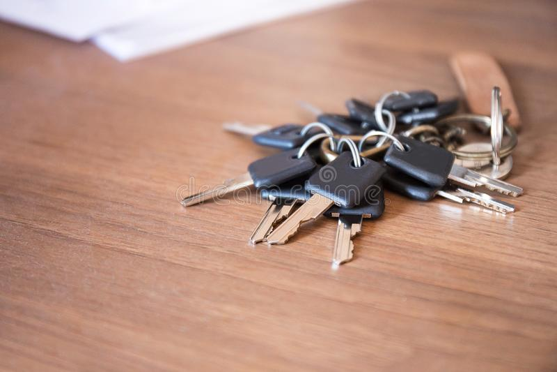 Mnóstwo klucze w łańcuchu na drewnianym biurka biurze obraz royalty free