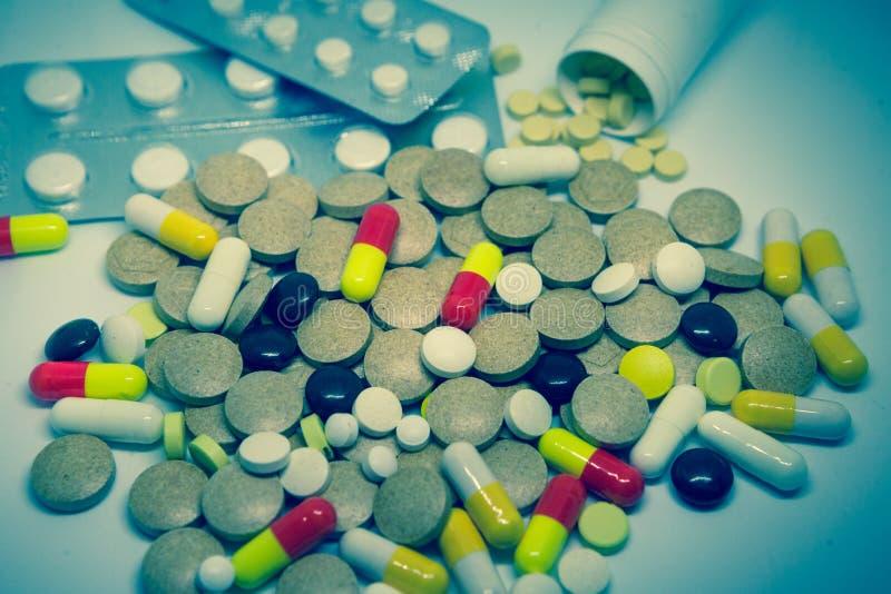 Mnóstwo kolorowe pigułki i lekarstwo fotografia stock