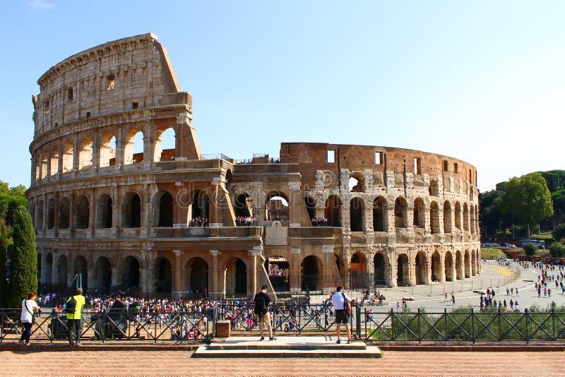 Mnóstwo ludzie podziwia Colosseum zdjęcie royalty free
