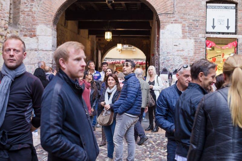 Mnóstwo ludzie wśrodku domu Juliet, sławny miejsce w Verona, Włochy fotografia royalty free