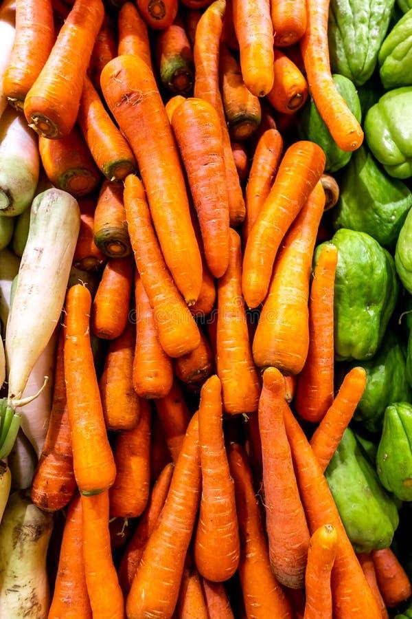 Mnóstwo marchewki na lokalnym żywność organiczna rynku Marchwiany tło Bali wyspa zdjęcia royalty free