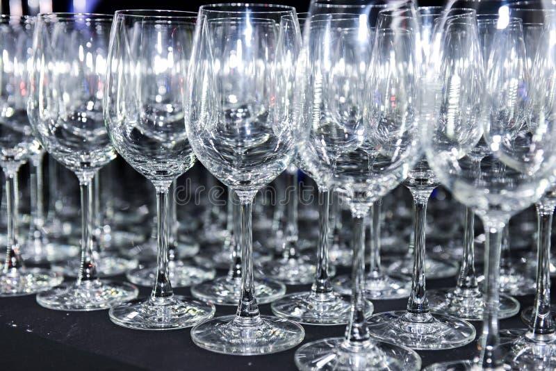 Mnóstwo puści win szkła na barze zdjęcia royalty free