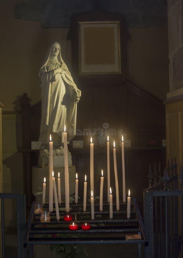 Mnóstwo statua maryja dziewica w kościół i świeczki obraz royalty free