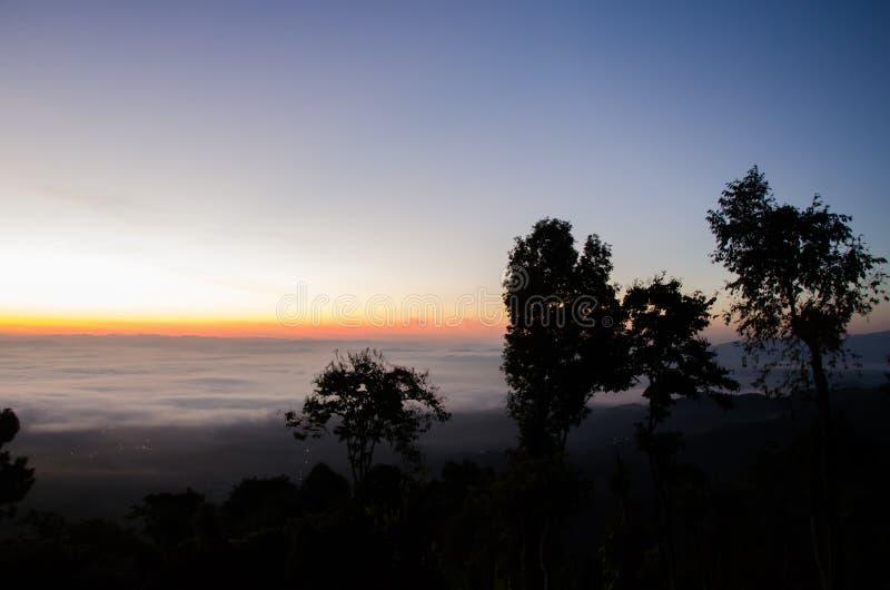 Mnóstwo wschód słońca za górą i mgła fotografia stock