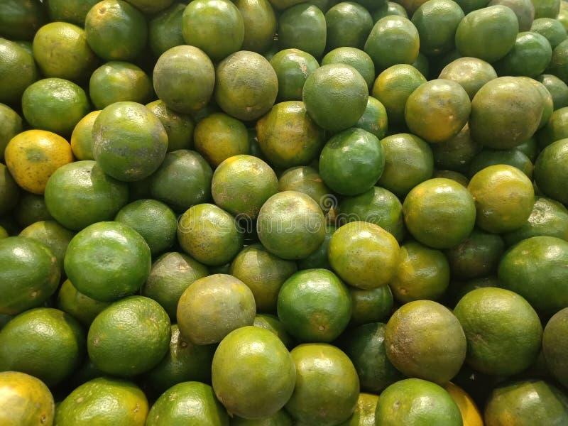 Mnóstwo zielona pomarańczowa owoc w kolacja rynku, karmowy tło tekstury pojęcie zdjęcia royalty free