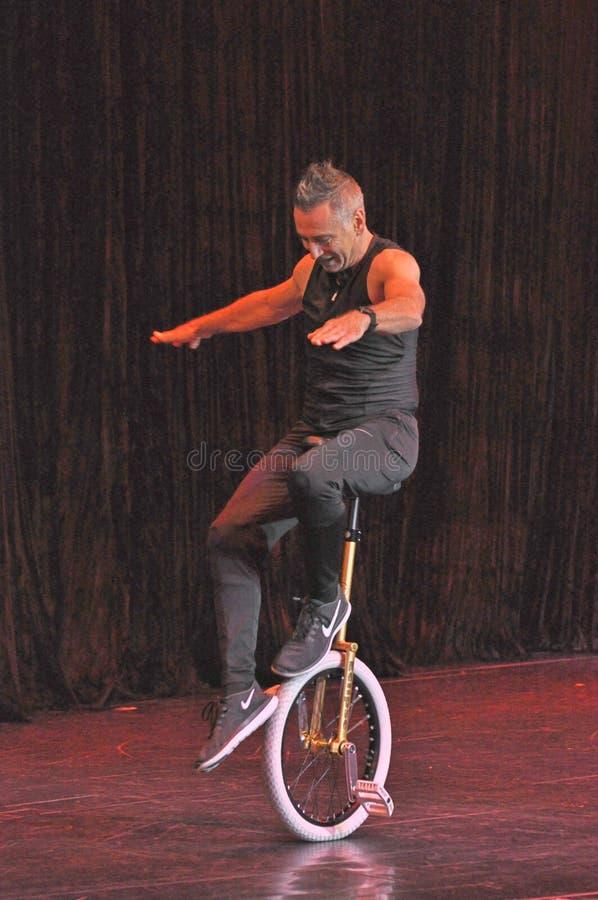 Mnanipulação da comédia e mostra do ato do unicycle imagens de stock royalty free