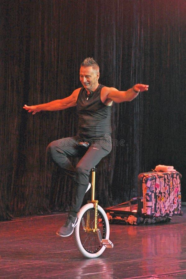 Mnanipulação da comédia e mostra do ato do unicycle fotos de stock