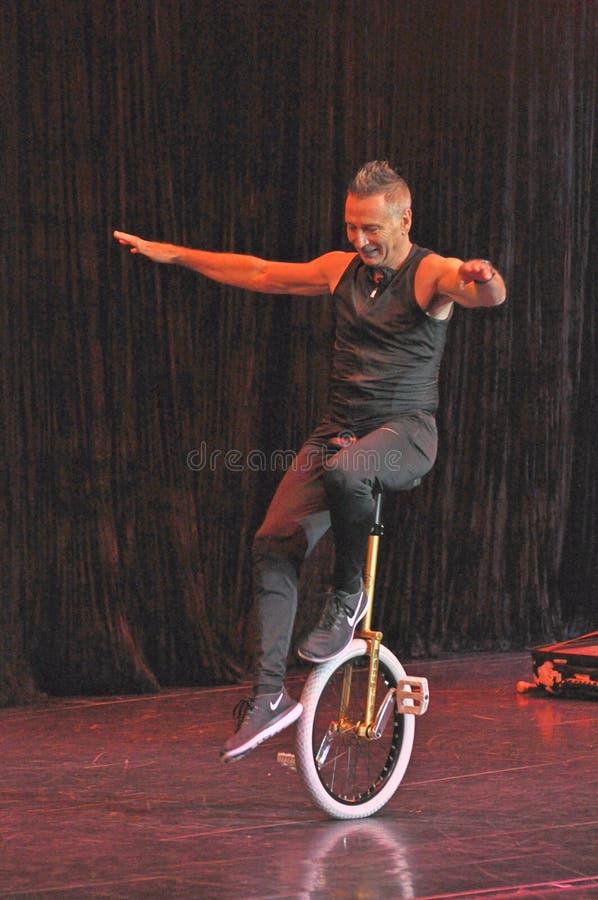Mnanipulação da comédia e mostra do ato do unicycle imagem de stock