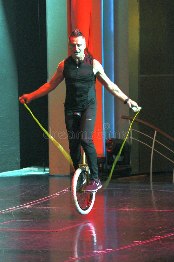 Mnanipulação da comédia e mostra do ato do unicycle imagens de stock