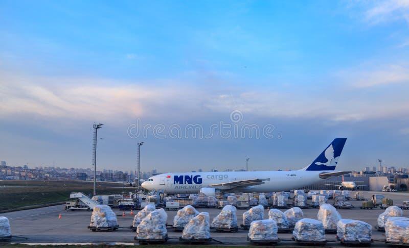 MNG ładunku towarzystwa żeglugowe samolot z transportu wyposażeniem przy Ataturk lotniskiem obrazy royalty free