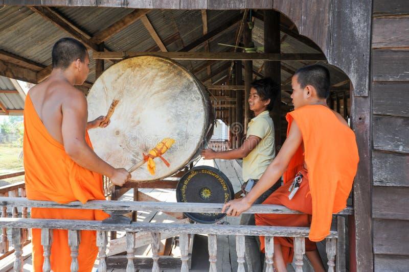 Mnich Buddyjski bawić się dużego bęben przy Champasak na Laos fotografia stock
