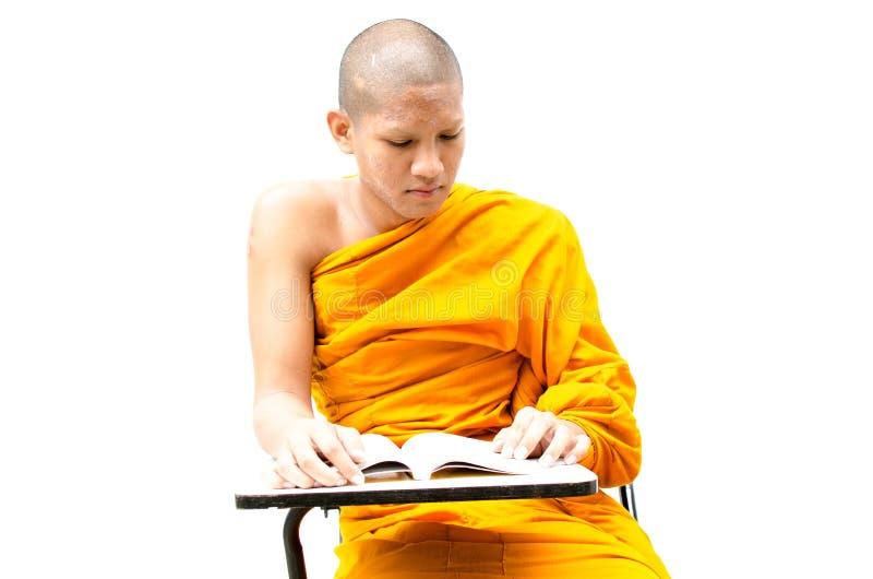 Mnich buddyjski czyta religijnego tekst. zdjęcia royalty free