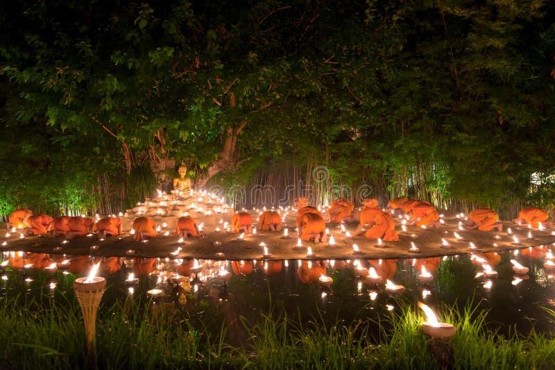 Mnich buddyjski pożarnicze świeczki Buddha z piękny wodny ponownym zdjęcia stock