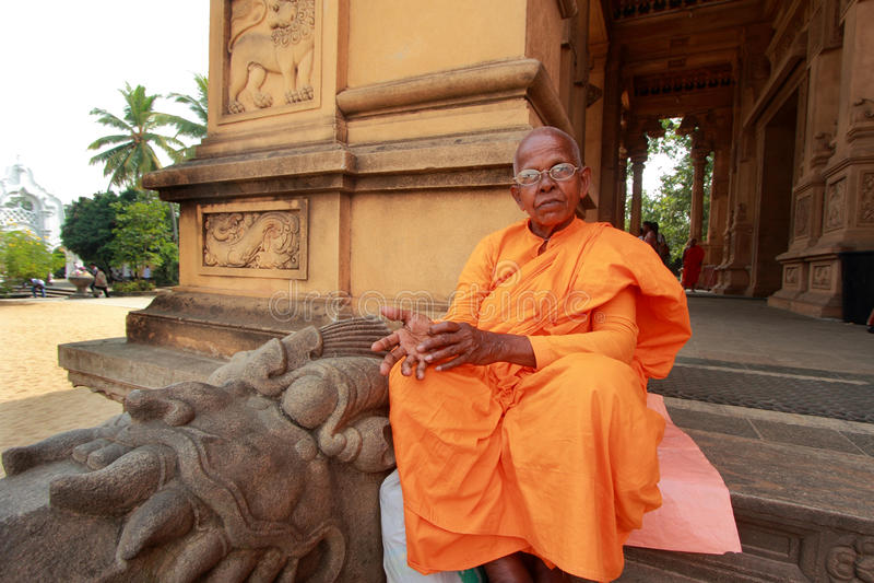 Mnich buddyjski przy Kelaniya Raja Maha Vihara zdjęcia stock