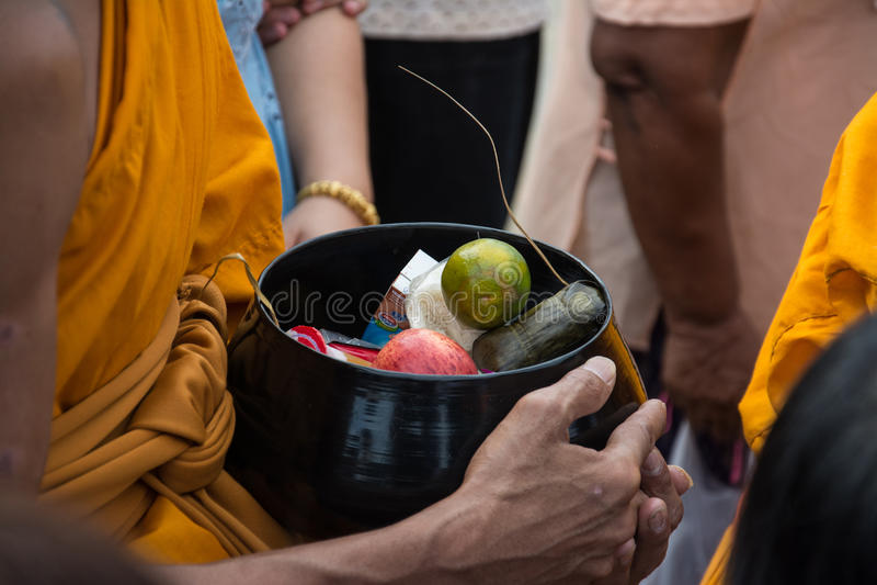 Mnichom buddyjskim dają karmowej ofiarze od ludzi zdjęcia stock