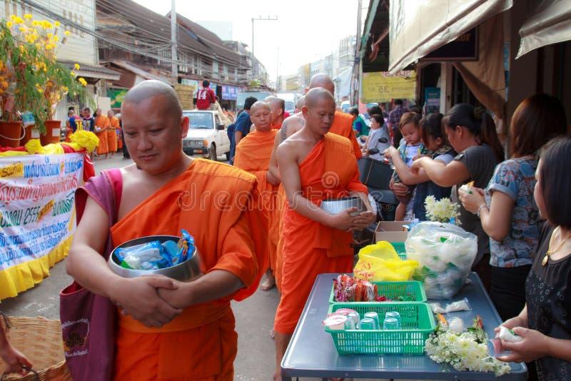 Mnichom buddyjskim dają karmowej ofiarze od ludzi przy rankiem zdjęcia royalty free