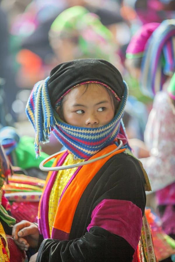 Mniejszość etniczna dwa kobiety opowiada each inny, przy starym Dong Van rynkiem obraz stock