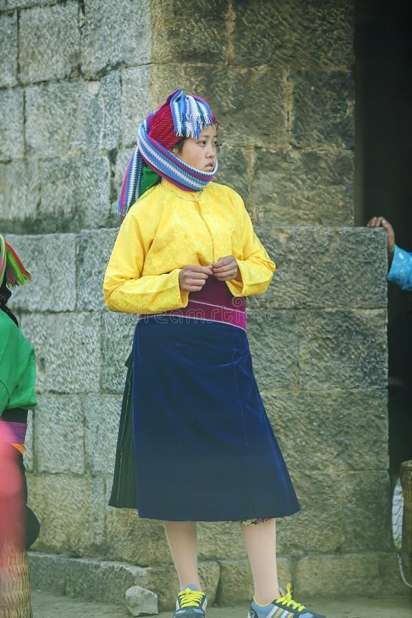 Mniejszości etnicznej kobieta przy starym Dong Van rynkiem, obrazy stock