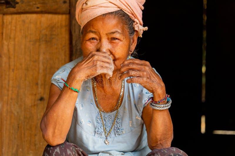 Mniejszości etnicznej starsza kobieta Laos obrazy royalty free