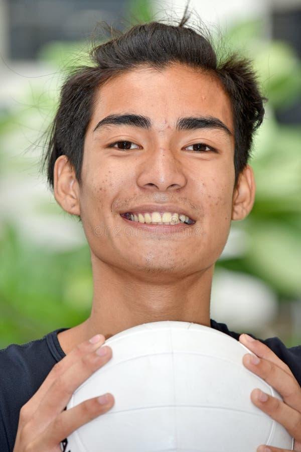 Mniejszościowa Męska atleta ono Uśmiecha się Z siatkówką zdjęcia royalty free