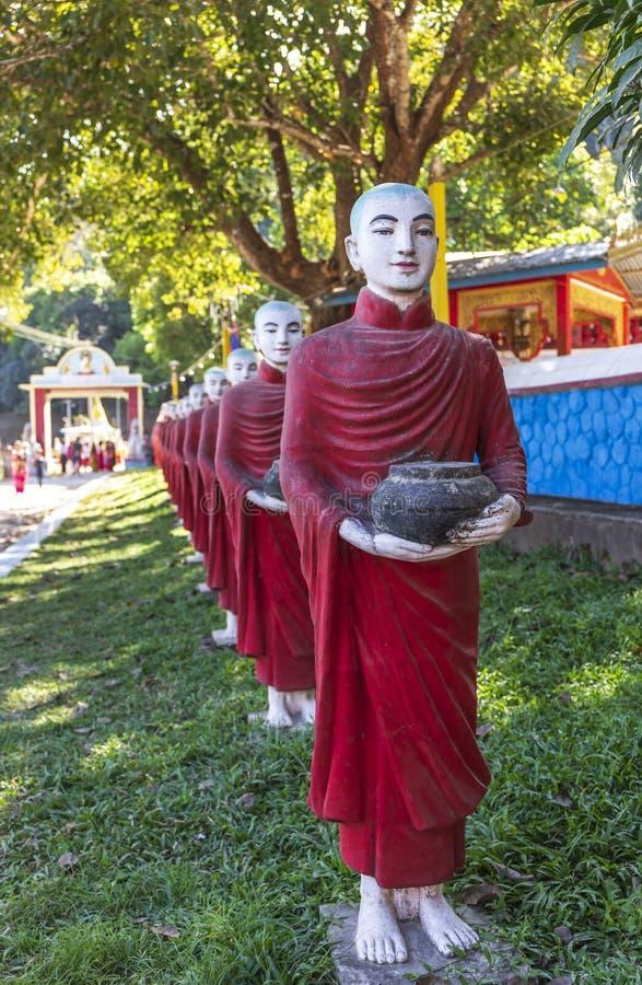 Mnisi buddyjscy drylują statuy wiosłują przy Kawa Ka Thaung jamą, Hpa-an, Myanmar fotografia stock