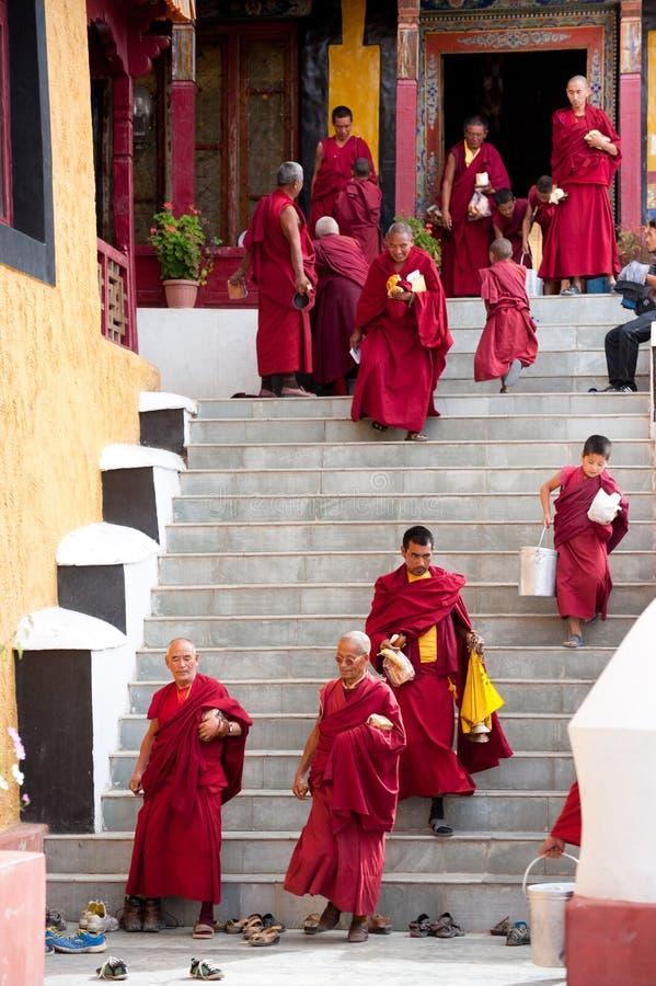 Mnisi buddyjscy i lamas po ranku puja fotografia stock
