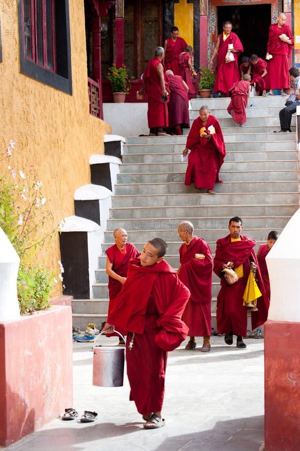 Mnisi buddyjscy i lamas po ranku puja fotografia royalty free