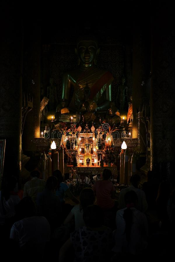 Mnisi buddyjscy ono modli się podczas popołudniowej ceremonii przy ich watem fotografia stock