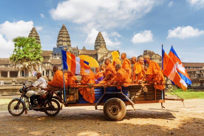 Mnisi buddyjscy w antycznej świątyni Angkor Wat, Siem Przeprowadzają żniwa, Kambodża zdjęcie stock