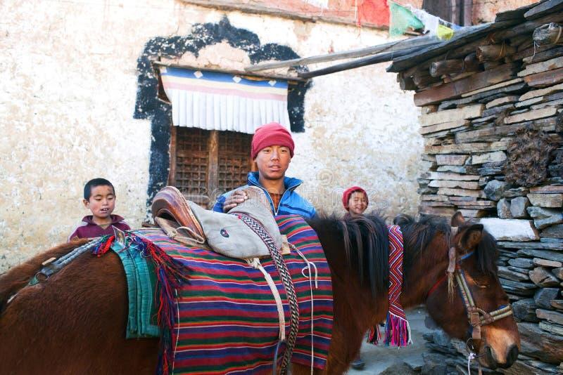 Mnisi buddyjscy z koniem w Tsum dolinie, Nepal zdjęcie royalty free