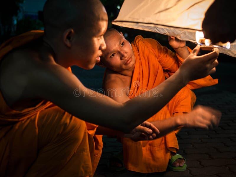 Mnisi Buddyjscy Zaświeca W górę gorące powietrze balonu przy Loi  fotografia stock