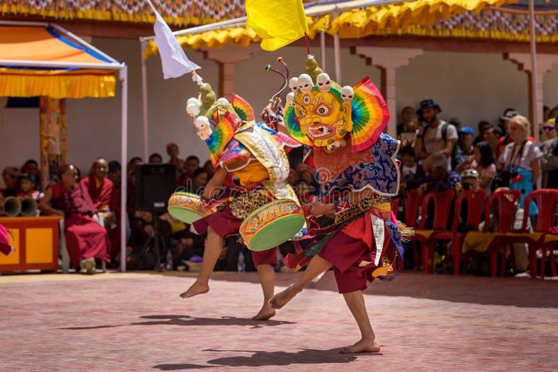 Mnisi MBuddhiści z tradycyjnymi maskami wykonujący rytualne tańce fotografia stock