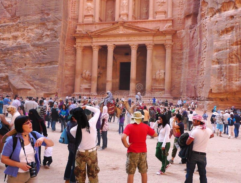 Mnodzy turyści przed antycznym skarbem w Petra, Jordania fotografia royalty free