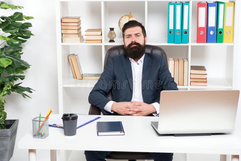 może pomóc, jak i ty Obsługuje brodatego modnisia szef siedzi w rzemiennym karła biura wnętrzu Szef przy miejscem pracy Kierownik fotografia stock