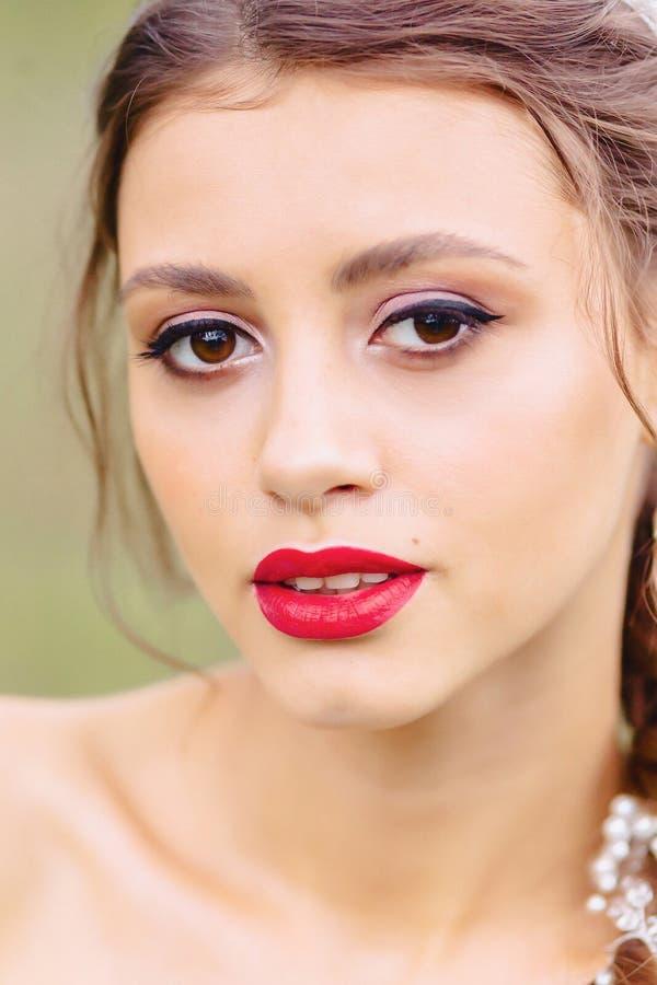 moça acolhedor com closup vermelho dos bordos fotos de stock royalty free