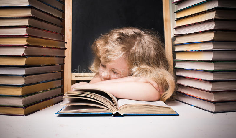 Moça adormecida no livro fotografia de stock royalty free