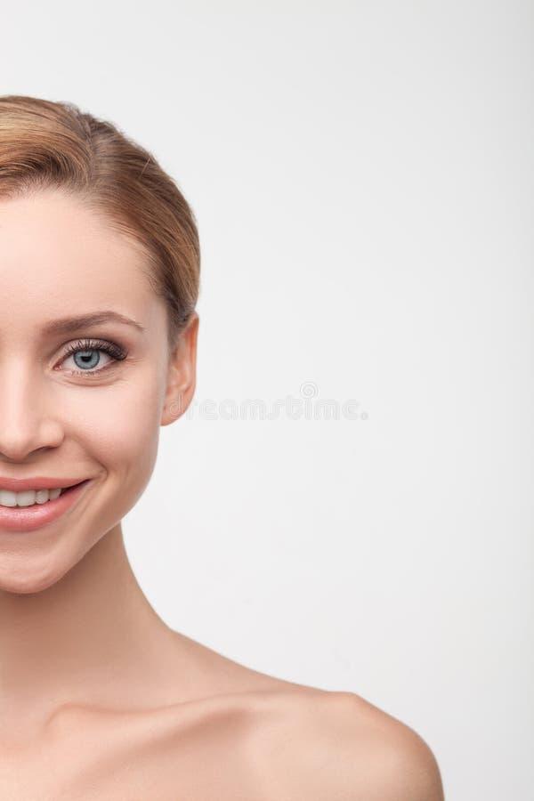 A moça alegre é inquietação de sua pele fotos de stock royalty free