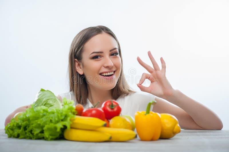 A moça alegre escolhe comer o alimento saudável imagens de stock royalty free