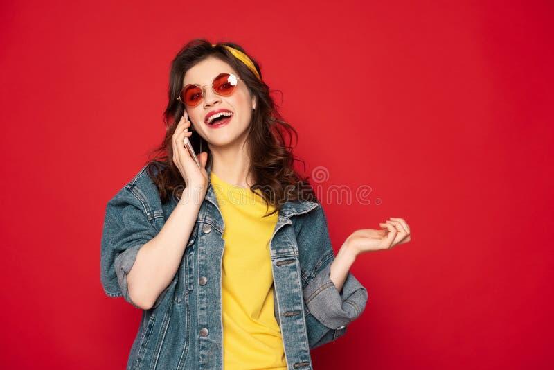 Moça alegre que fala pelo telefone celular foto de stock royalty free