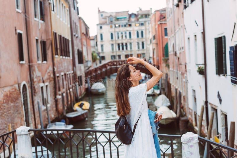 A moça anda as ruas de Veneza imagens de stock royalty free