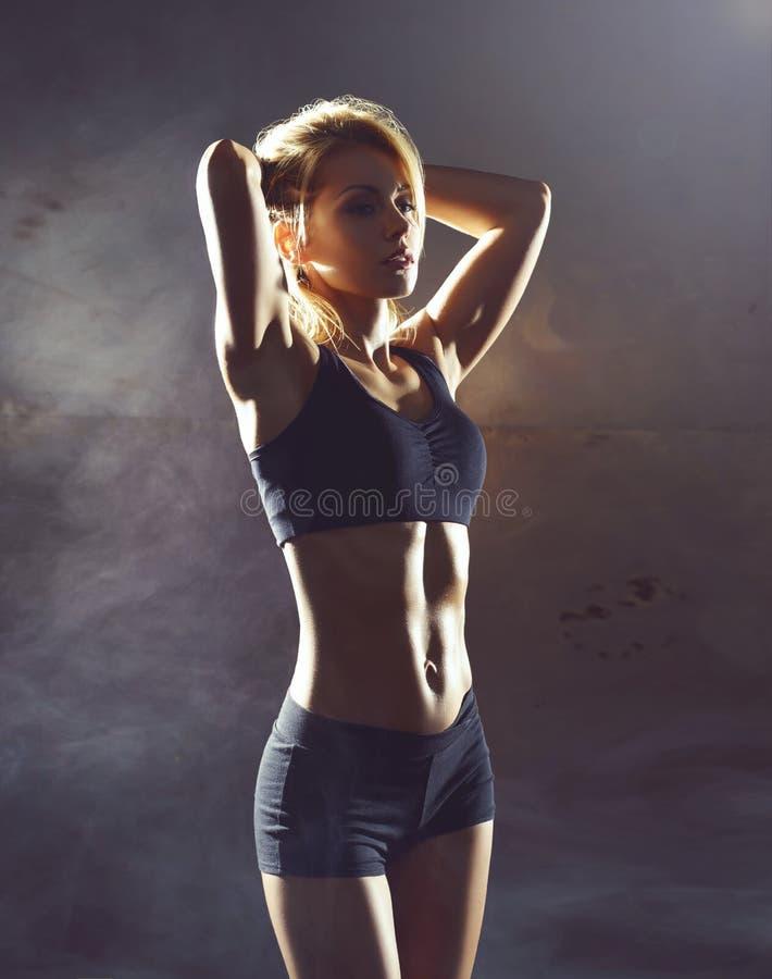 Moça apta e desportiva que prepara-se para um treinamento kickboxing Gym subterrâneo Saúde, esporte, conceito da aptidão fotos de stock royalty free
