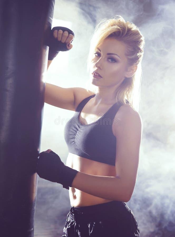 Moça apta e desportiva que tem um treinamento kickboxing Gym subterrâneo Saúde, esporte, conceito da aptidão imagem de stock
