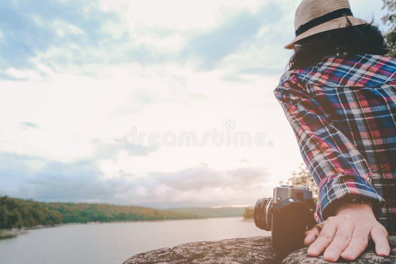 Moça asiática do moderno com trouxa que aprecia o por do sol na montanha máxima Conceito da aventura do estilo de vida do curso imagens de stock royalty free