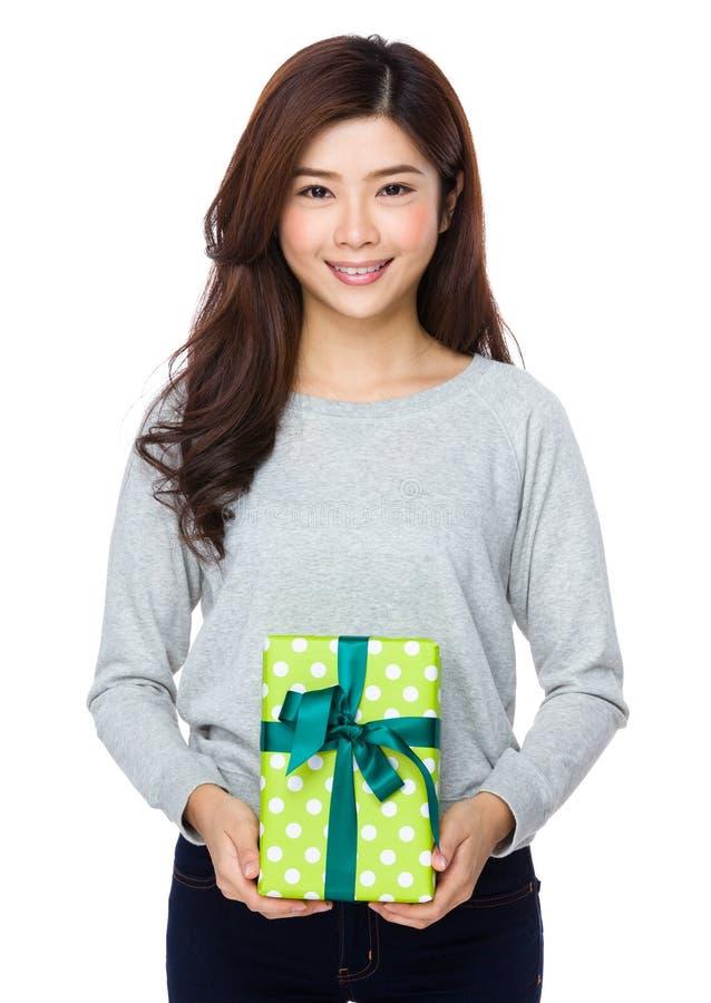 Moça asiática que guarda a grande caixa de presente imagens de stock royalty free