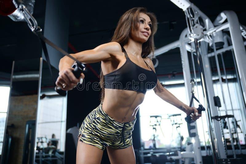 Moça atlética 'sexy' que dá certo no gym fotografia de stock royalty free