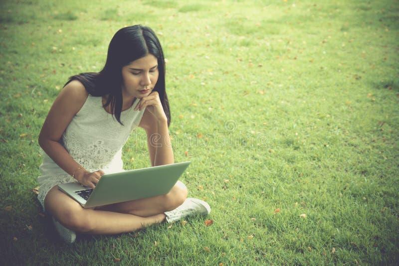 Moça atrativa com portátil fora Trabalho bonito da mulher imagem de stock